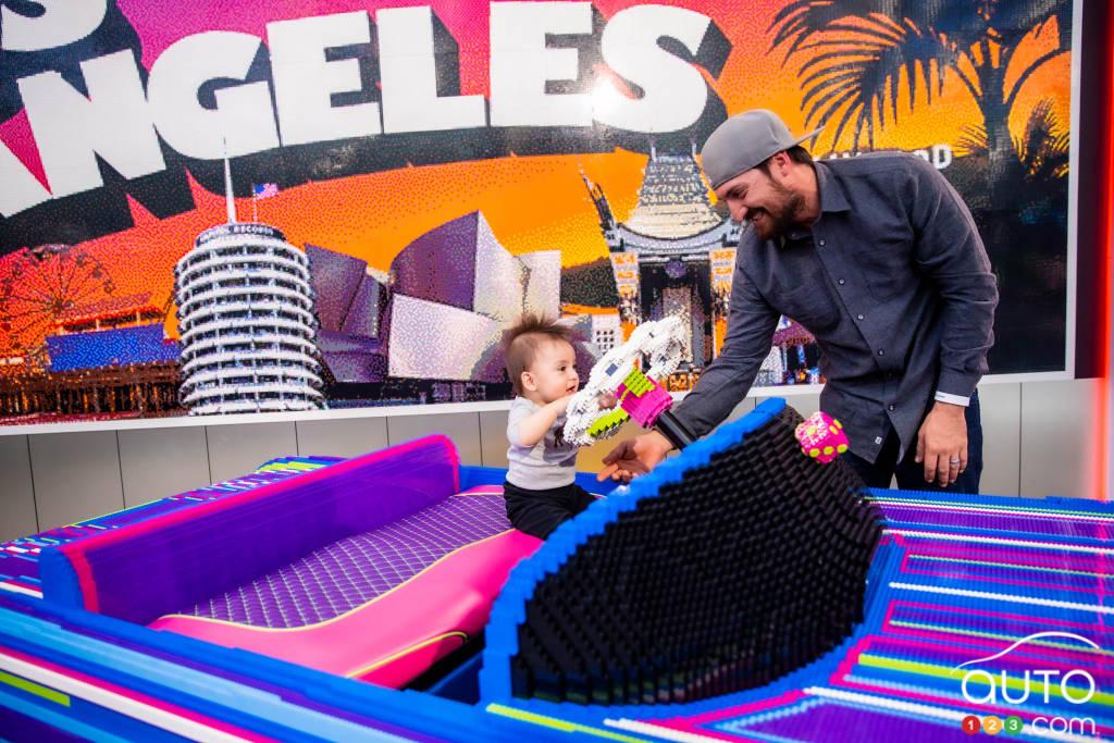 Un jeune visiteur au Salon de  Los Angeles