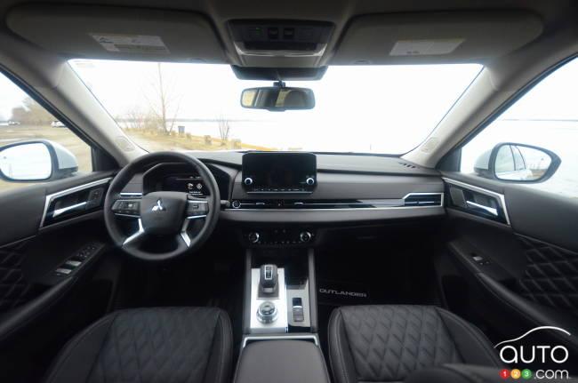 2022 Mitsubishi Outlander, interior