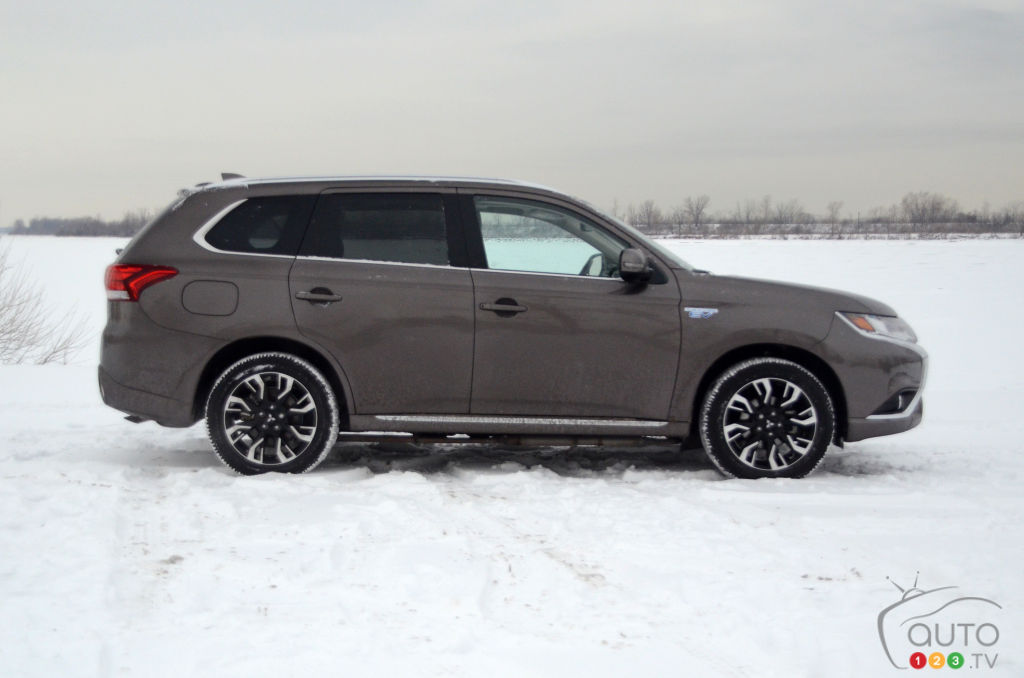2018 Mitsubishi Outlander PHEV Winter Review | Car Reviews