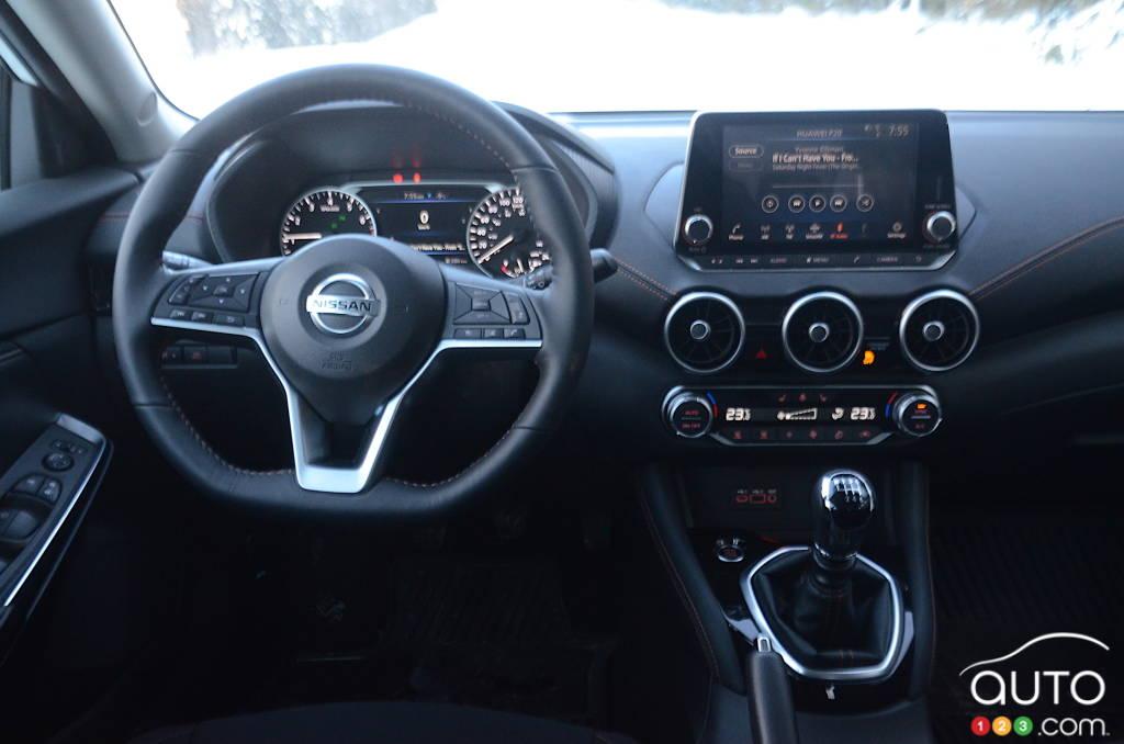 Nissan Sentra SR manuelle 2021, intérieur