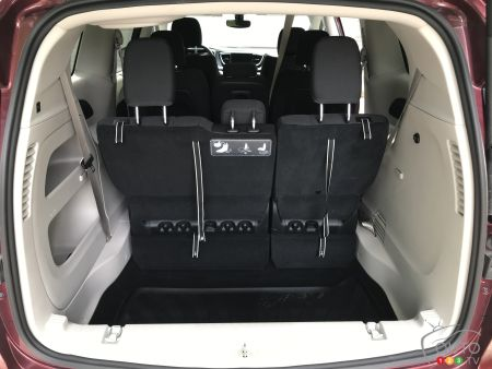 Chrysler Pacifica, sinkhole behind third row of seats