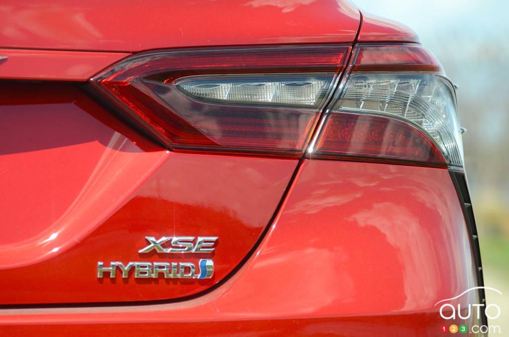 Toyota Camry hybride 2021, feu, écusson