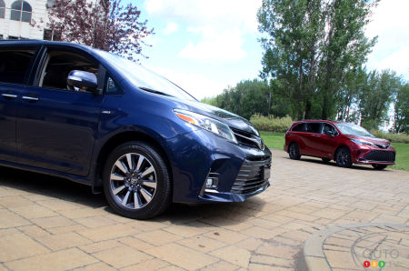 2021 Toyota Sienna, blue and red