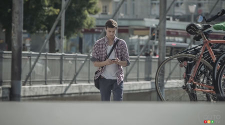 Pedestrians who text should watch this shocking ad