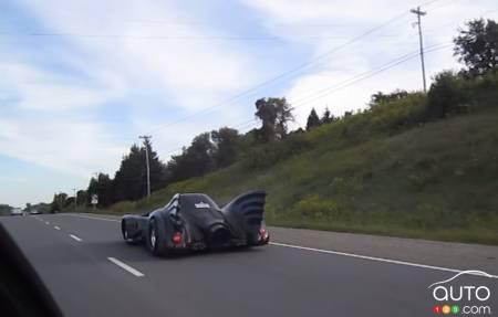 la batmobile en panne sur une autoroute en ontario actualit s automobile auto123. Black Bedroom Furniture Sets. Home Design Ideas