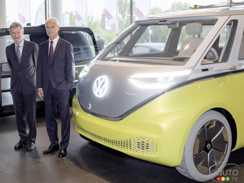 Top Volkswagen executives alongside the new I.D. BUZZ electric concept