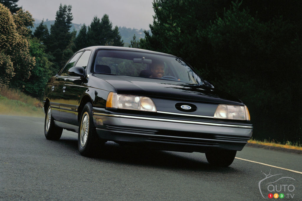 Ford Taurus 1986, avant