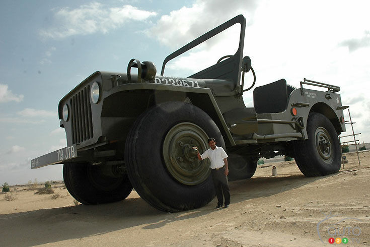 Le  Jeep Willys géant, dans le désert