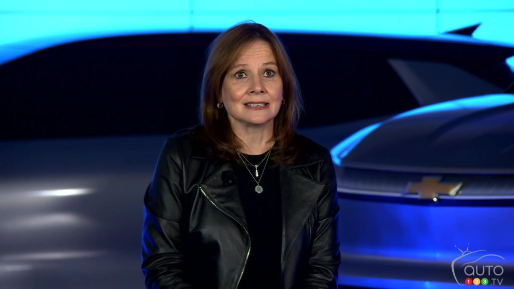 Mary Barra de General Motors, devant le futur Silverado électrique