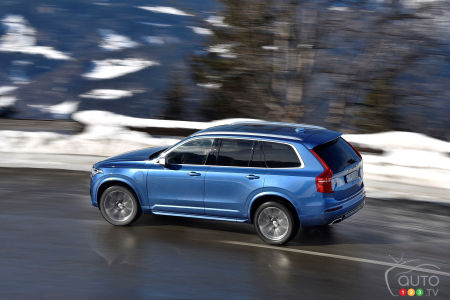 2020 Volvo XC90 T8 R-Design, on the road