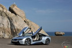 Side view with open doors of the BMW i8