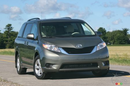 2011 Toyota Sienna LE pictures