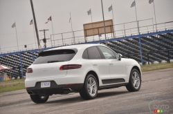 2017 Porsche Macan rear 3/4 view